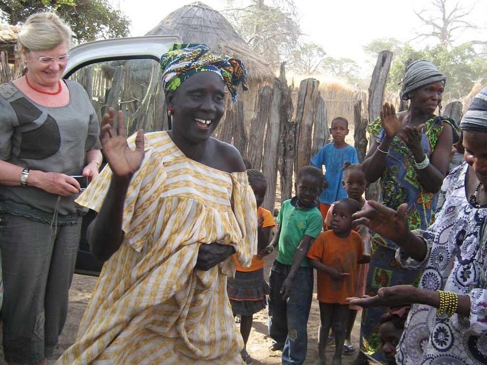 Danse des femmes à l'arrivée de l'équipe mobile